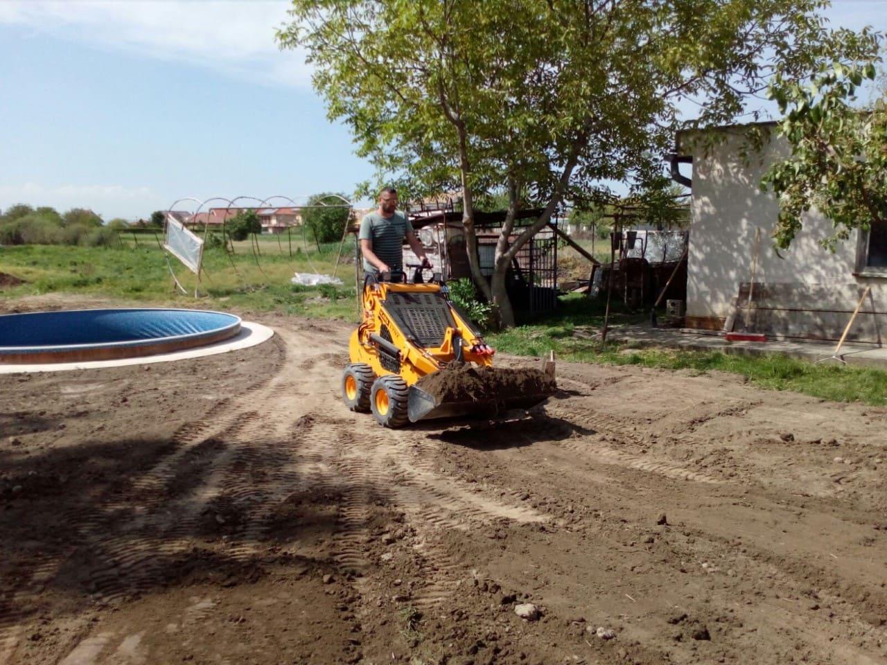 Minibager s naloženou zeminou