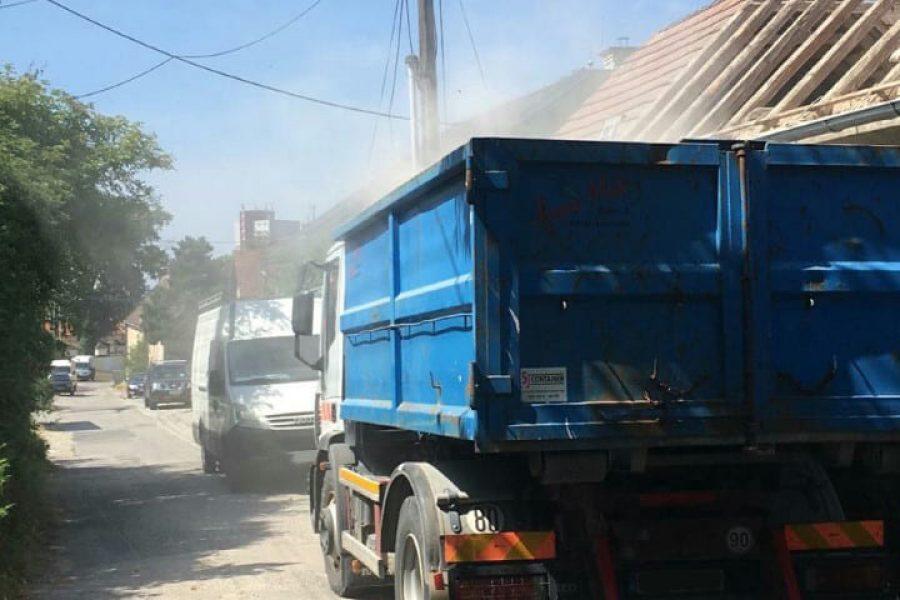 Nákladné auto s kontajnerom na odvoz sutiny